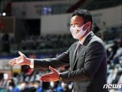 [사진] 작전 지시하는 조성원 감독