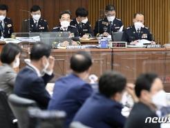 [사진] [국감] 질의 듣는 최해영 경기남부청장과 이문수 경기북부청장
