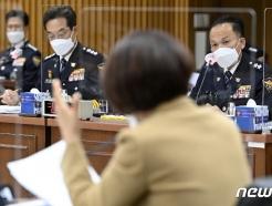 [사진] [국감] 의원 질의 경청하는 최해영 경기남부청장과 이문수 경기북부청장