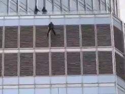 """트럼프타워 16층에 매달린 남성…""""대통령과 할말 있어"""" 13시간 고공농성"""