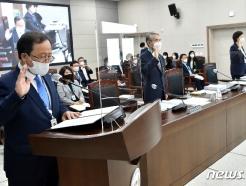 [사진] [국감] 선서하는 김석준 부산시교육감