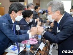 [사진] [국감] 의원들과 인사하는 이재명 지사