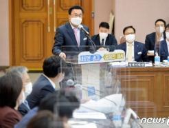 [사진] [국감] 질의에 답변하는 박태환 경기도 교통국장