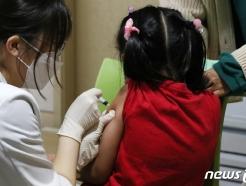 [사진] 독감 백신 접종 받는 어린이