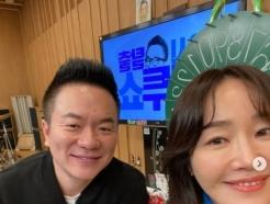 [N샷] 엄지원, '컬투쇼' 나들이 인증…DJ 김태균과 다정한 셀카