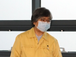 [사진] 브리핑실 향하는 정은경 질병관리청장