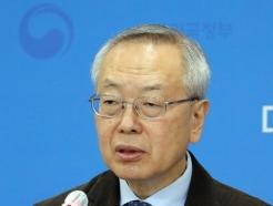 [사진] 질문에 답하는 김중곤 예방접종 피해조사반장