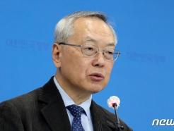 [사진] 인플루엔자 백신 관련 질의 답변하는 김중곤 교수