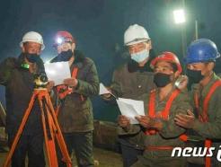 [사진] '위문 편지' 읽고 있는 수해 복구장 北 당원들