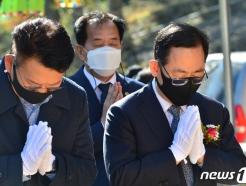 [사진] 두손 모은 주호영 원내대표와 송영길 국회 외교통일위원장