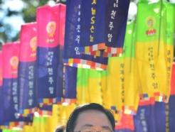 [사진] 주호영 대표 '김유신 장군 영정에 합장'
