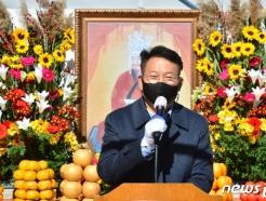 [사진] 김유신 장군 추모제 축하하는 송영길 국회 외교통일위원장