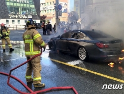 [사진] 울산서 BMW 승용차 화재...인명 피해 없어