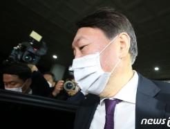 [사진] 차량으로 이동하는 윤석열 총장