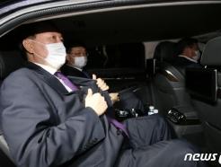 [사진] 차량에 오른 윤석열