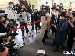"""사퇴 압박 속 대전 찾은 윤석열 """"개혁에 앞장 서 달라"""""""