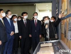 [사진] 지방자치 전시관 둘러보는 진영 행안부 장관
