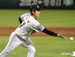 [사진] 투수앞 땅볼 처리하는 김진영