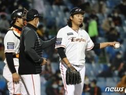 [사진] 마운드 내려오는 김범수