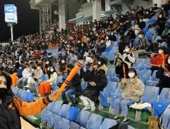 [사진] 응원 펼치는 불꽃한화팬들