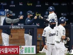 [사진] 이동욱 감독과 하이파이브 하는 권희동