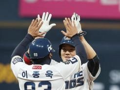 [사진] 이종욱 코치와 하이파이브 나누는 박민우