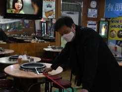 [사진] 테이블 간격 점검하는 서울시 관계자
