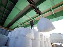 [사진] 제설작업 사용할 소금 하역