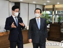 [사진] 총리와 면담 갖는 허태정 대전시장