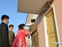 [사진] 검덕지구 새 살림집에 들어서는 북한 주민들