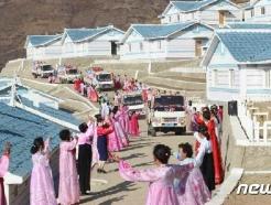 [사진] 카퍼레이드까지…수해 복구 마친 북한 검덕지구 새집들이
