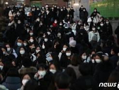 [사진] [2021 수능] 마스크 착용하고 고사장 나서는 수험생들
