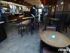 [사진] 다시 탁자와 좌석 정리된 커피 전문점