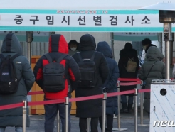 """정부 """"3차 대유행 감소세 뚜렷…안심하긴 일러"""""""