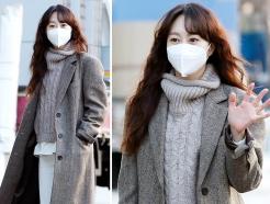유다인, 클래식한 헤링본 패션…깜찍한 양말 '포인트'