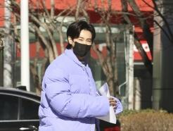 [사진] 동방신기 유노윤호 '출근길 패션은 연보라 숏패딩'