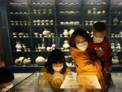 [사진] 국립중앙박물관 운영 재개 '가까이서 보는 문화재'