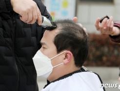 [사진] 경기도 공공기관 이전 계획 철회 요구 삭발식