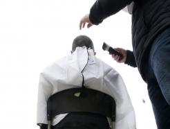 [사진] '삭발식으로 떨어지는 머리카락'
