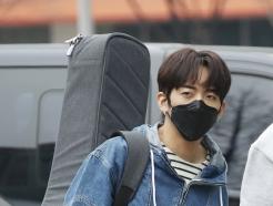 [사진] 이승윤, 기타 메고 출근