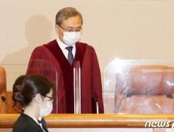 [사진] 대심판정 들어서는 유남석 헌법재판소장