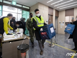 [사진] 보관온도 유지하며 이송되는 코로나19 백신