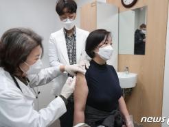 '백신 첫날' 1만8000명 접종…확진자는 이틀 연속 400명대