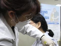"""'백신접종 첫날' 전북서 의심 증세 1건 발생…""""열나고 근육통"""""""