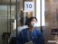 [사진] 백신 맞고 창 밖 바라보는 코로나19 간호사