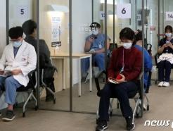 [사진] 화이자 백신 맞고 대기하는 의료 종사자들