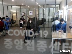 [사진] 코로나19 의료 종사자들, 화이자 백신 맞고 대기
