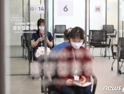 [사진] 차분한 분위기 속 관찰실에 대기하는 의료진들