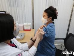 [사진] 화이자 백신 접종 받는 의료진