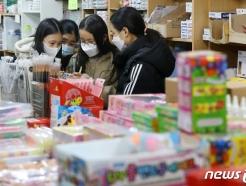 [사진] 늘어나는 등교 수업 '학용품 준비부터'